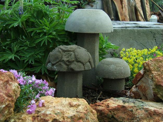 Как сделать гриб из цемента для сада своими руками видео